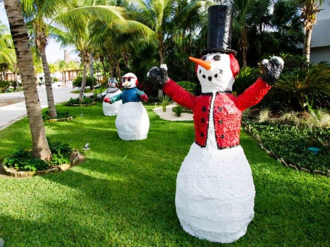 These snowmen sure look happy to be down south where it's warm and sunny.